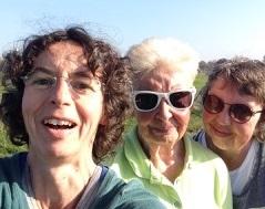 Emmie met moeder en zus