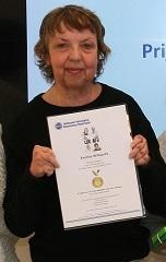 Emmie neemt 1ste prijs Edgar Stene in ontvangst