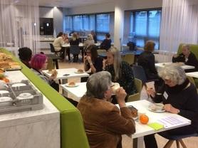 Patientpartners lunchen samen tijdens de themabijeenkomst