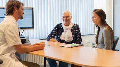 Reumatoloog Jos Hoes met mevrouw Vermaas-Hoek en MedGezel Mirte Bloeme.