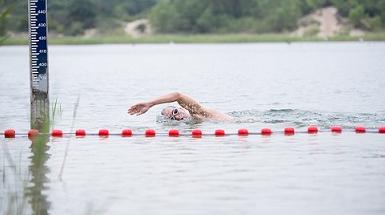 Ondanks reuma zwemt Michael graag in open water om in beweging te blijven. Zo zwom hij op 5 september 3 rondjes om het forteiland Pampus