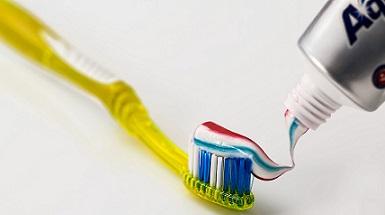 Eva doet onderzoek naar een aangepaste tandenborstel voor mensen met reuma